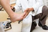 Fotografia Dottore piede esame del paziente in ospedale
