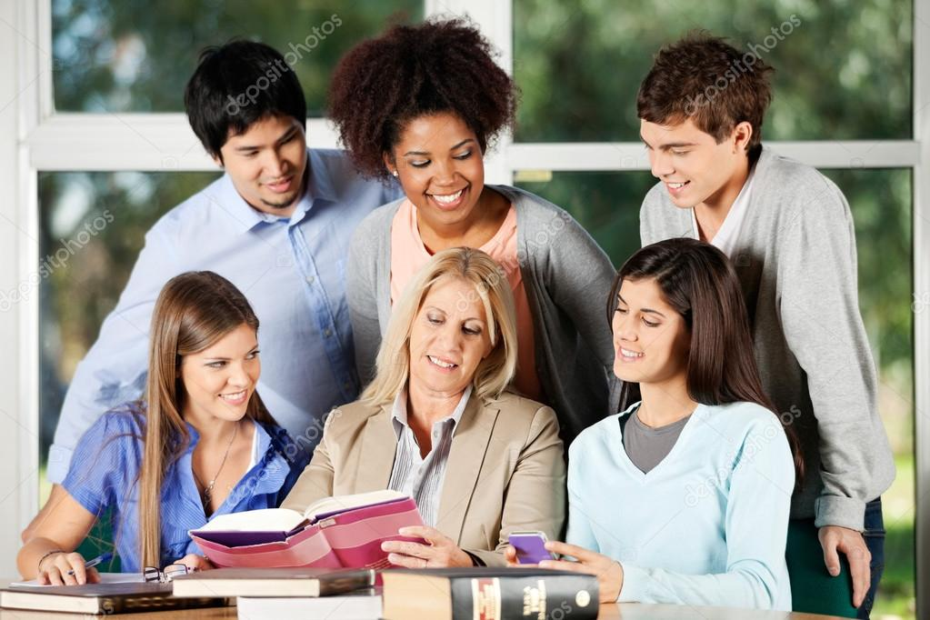 Reifer Professor mit Studenten