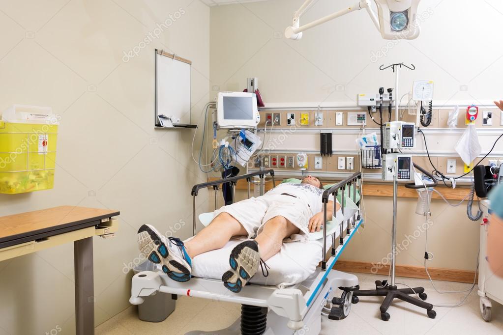 Patient couch sur le lit dans la chambre d 39 h pital for La chambre 13 hopital