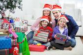 rodina sedí vánoční dárky