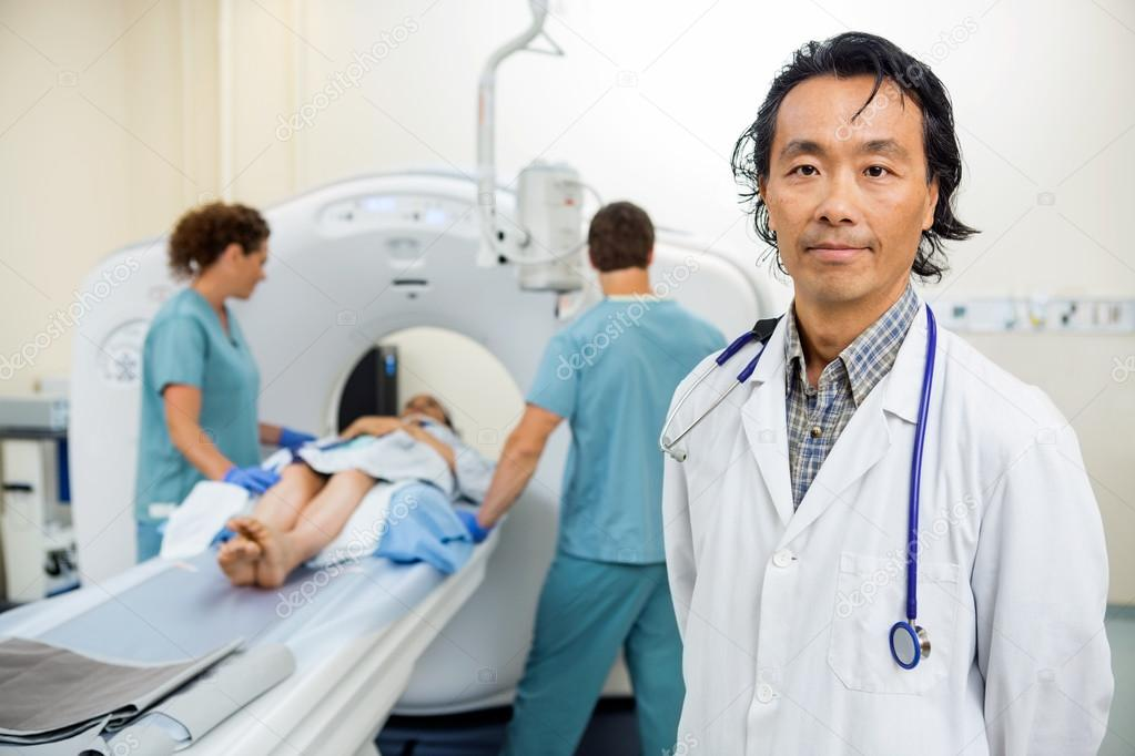radiólogo con enfermeras preparación a paciente para examen de ...