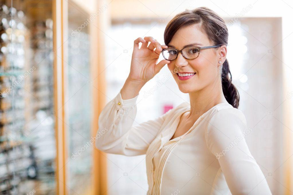 d4e2a8e9fa2dbb vrouw probeert nieuwe bril in opticien winkel — Stockfoto ...