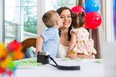Fotografia festeggiato a baciare la madre a casa