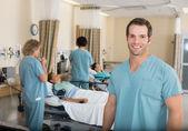 Zdravotní sestra s kolegy v nemocnici pacu