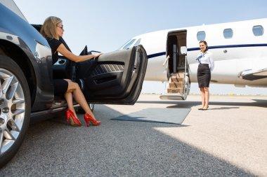 "Картина, постер, плакат, фотообои ""богатая женщина вышла из машины у терминала "", артикул 37461027"