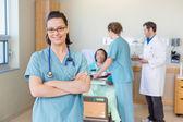 Jistý sestra proti trpěliví a lékařský tým v nemocnici
