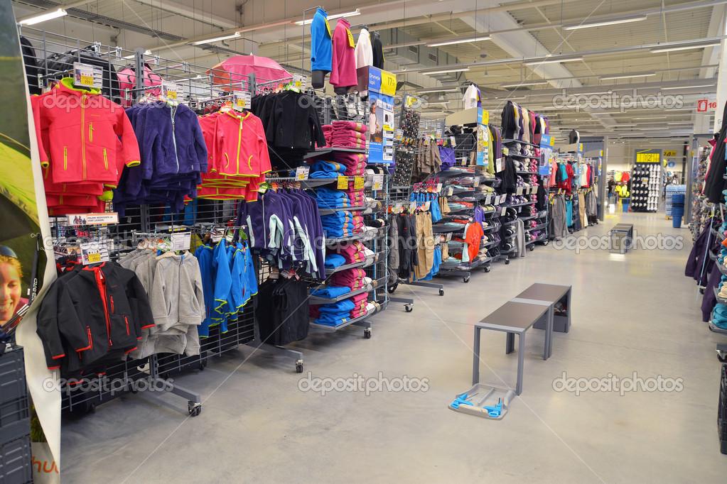 bc92f1410 loja de roupas de crianças — Fotografia de Stock Editorial © ibogdan ...