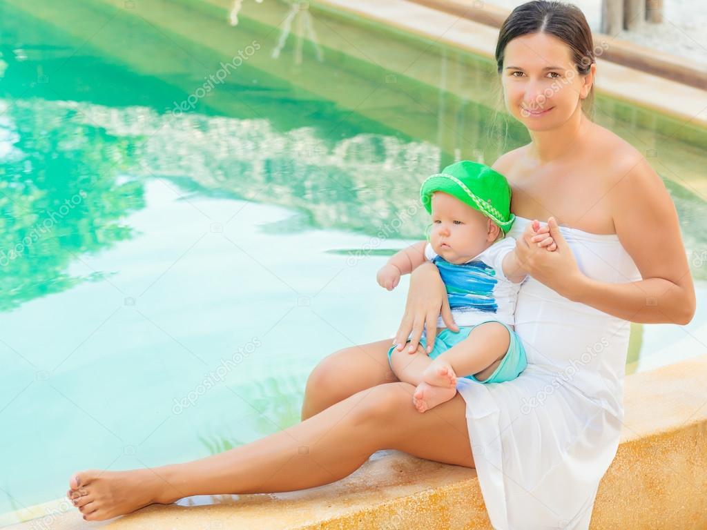 мамочка возле бассейна встал