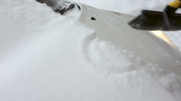 zametá sníh z auta hood