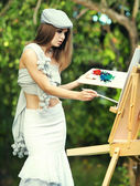módní žena je obraz. venkovní sezení.