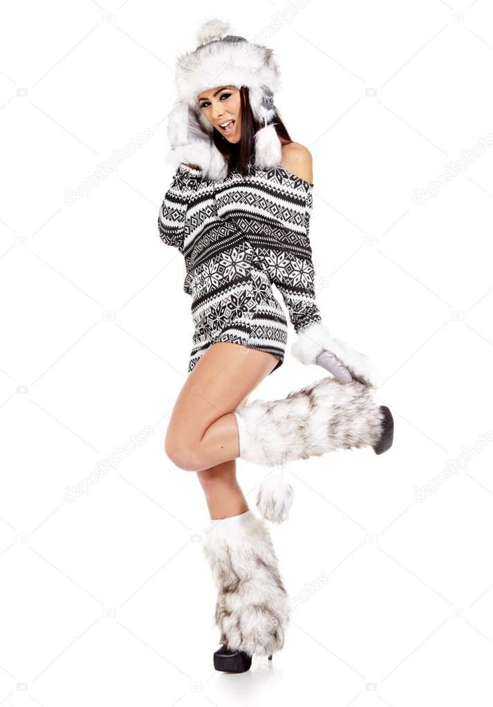 198cd577937b Retrato de una chica atractiva con sombrero y ropa de abrigo, el ...