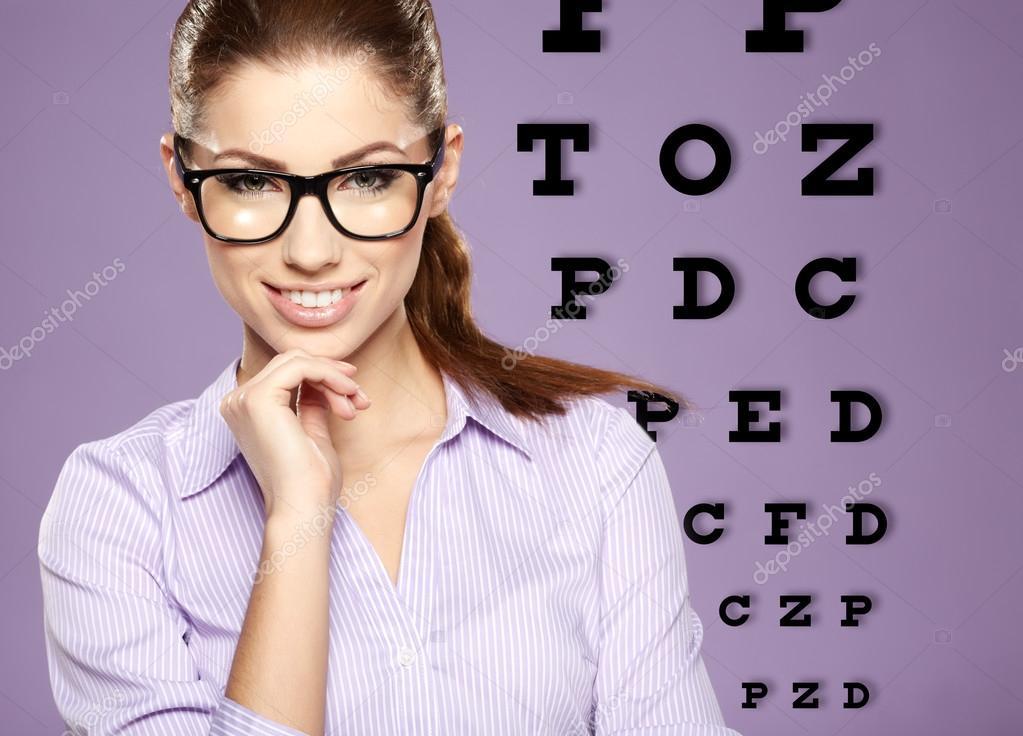 Belle femme avec des lunettes branchées sur le fond d oeil test graphique —  Image de zoomteam e8d02921ecce