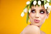 Fotografia Ritratto di donna di bellezza con corona di fiori sulla testa