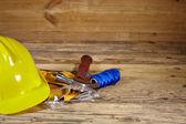 Fotografie žlutý pás helmu a nářadí