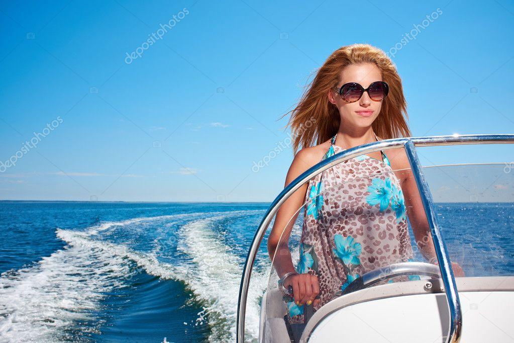 jeune fille conduire un bateau moteur photographie zoomteam 42828939. Black Bedroom Furniture Sets. Home Design Ideas