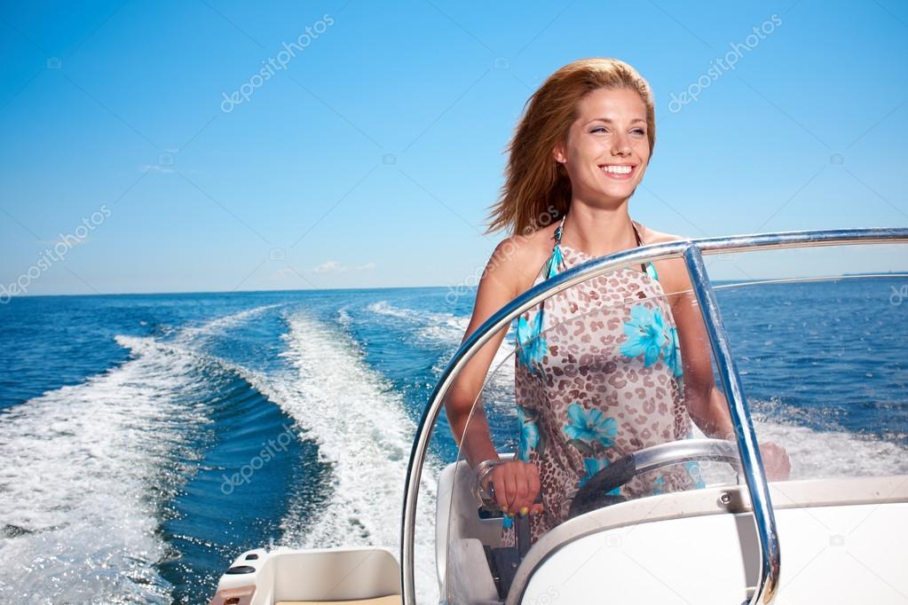jeune fille conduire un bateau moteur photographie zoomteam 46424473. Black Bedroom Furniture Sets. Home Design Ideas