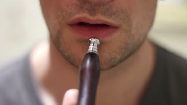 Fehér ember a dohányzás a vízipipa