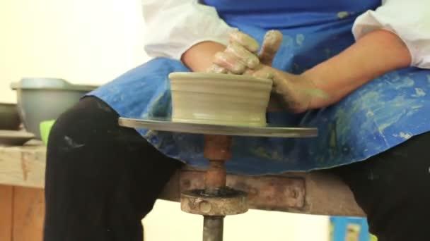 Hände eines Töpfers, eine Schale aus Ton erstellen