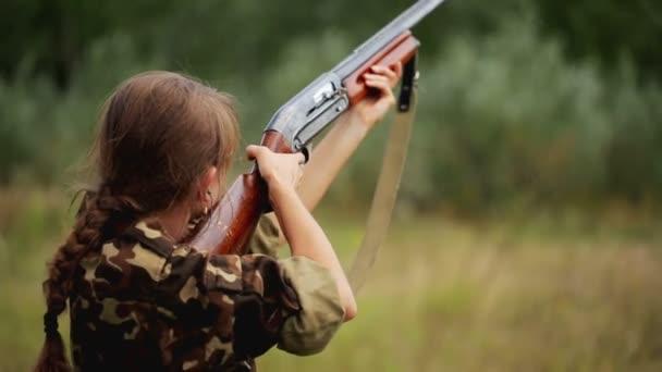 Fiatal gyönyörű lány szemüveg egy fegyver lövés