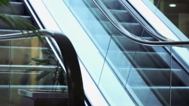 podnikatelka na eskalátor v obchodním centru