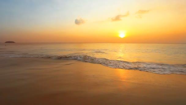 tropischen Strand am wunderschönen Sonnenuntergang