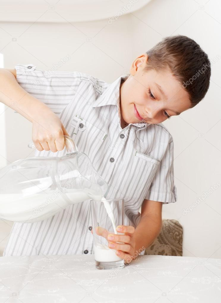 niño con leche de la jarra de vidrio — Foto de stock © TatyanaGl ...