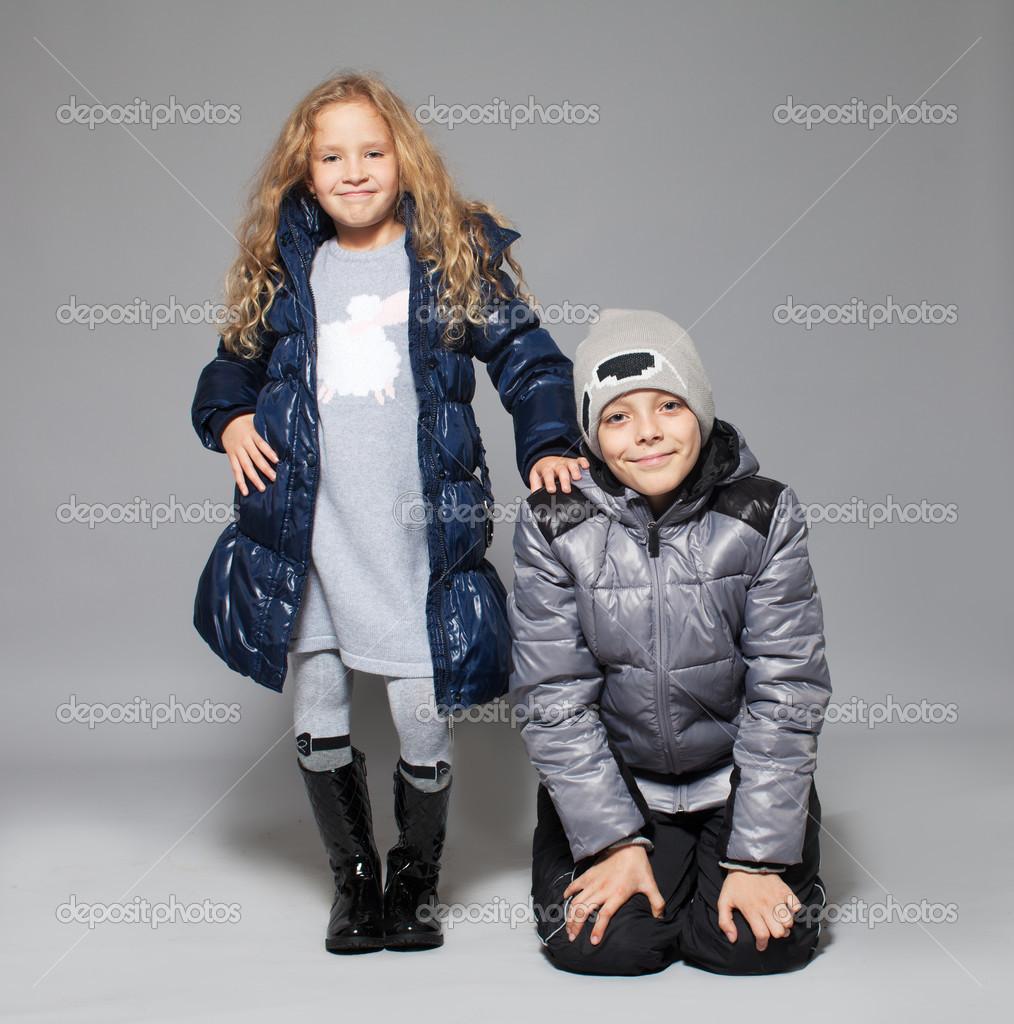 aad075a79ad Παιδιά σε χειμωνιάτικα ρούχα. τα παιδιά στο κάτω σακάκια. παιδί της μόδας — Εικόνα  από ...