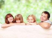 šťastná rodina venku