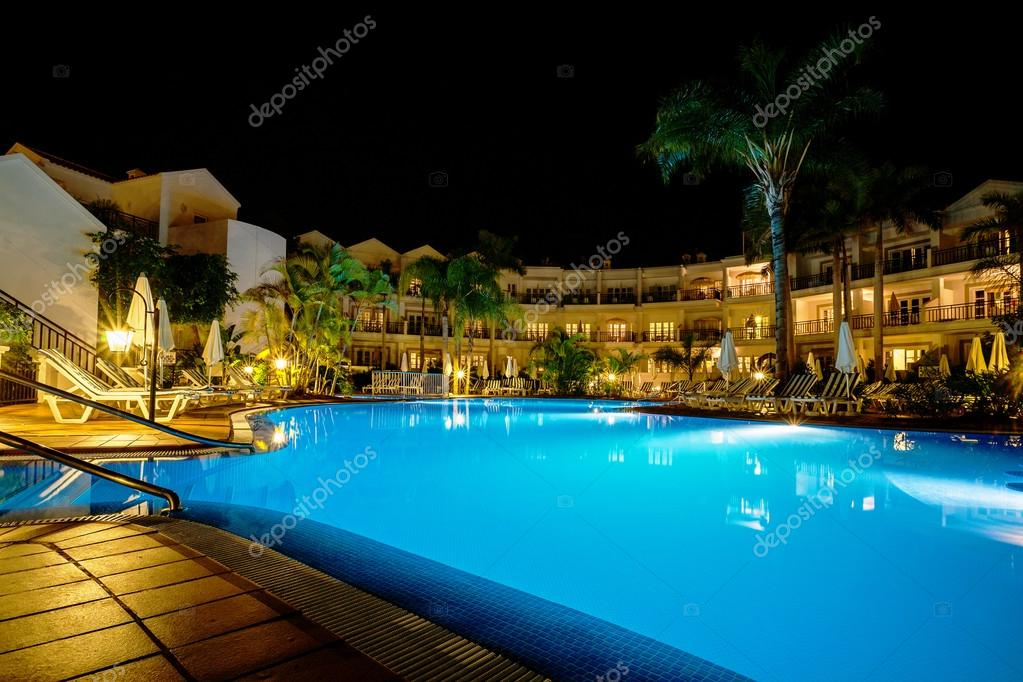 Hotel con piscina di notte foto stock arsty 38702817 - Immagini di piscina ...