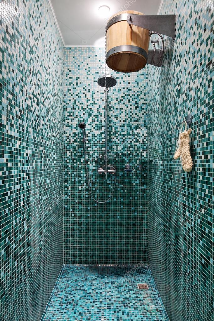 bagno con doccia con mosaico blu nella sauna — Foto Stock © YegorP ...