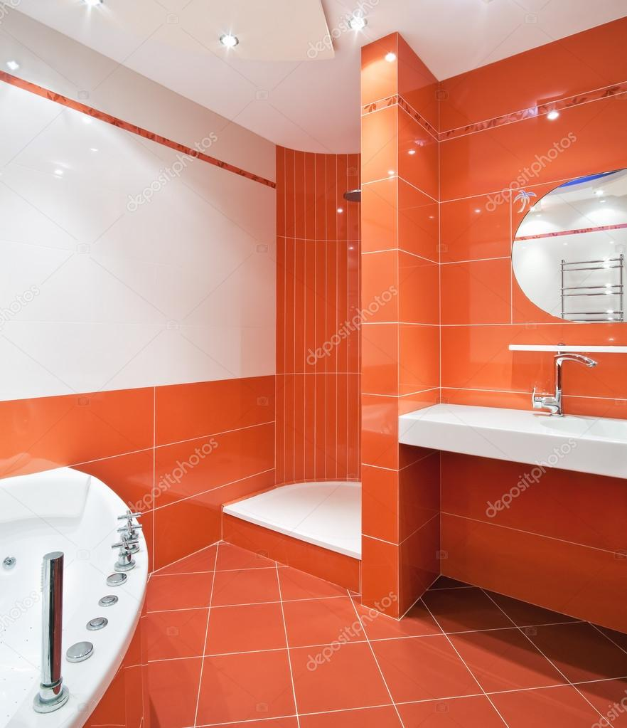 Cuarto de baño en colores naranja y blanco: fotografía de ...