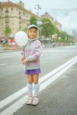 Fotografia bella bambina con palloncino bianco