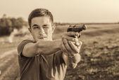 Junger Mann nahm Ziel mit Pistole