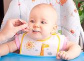 Malé dítě krmení lžičkou