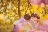 portrét mladého páru v parku