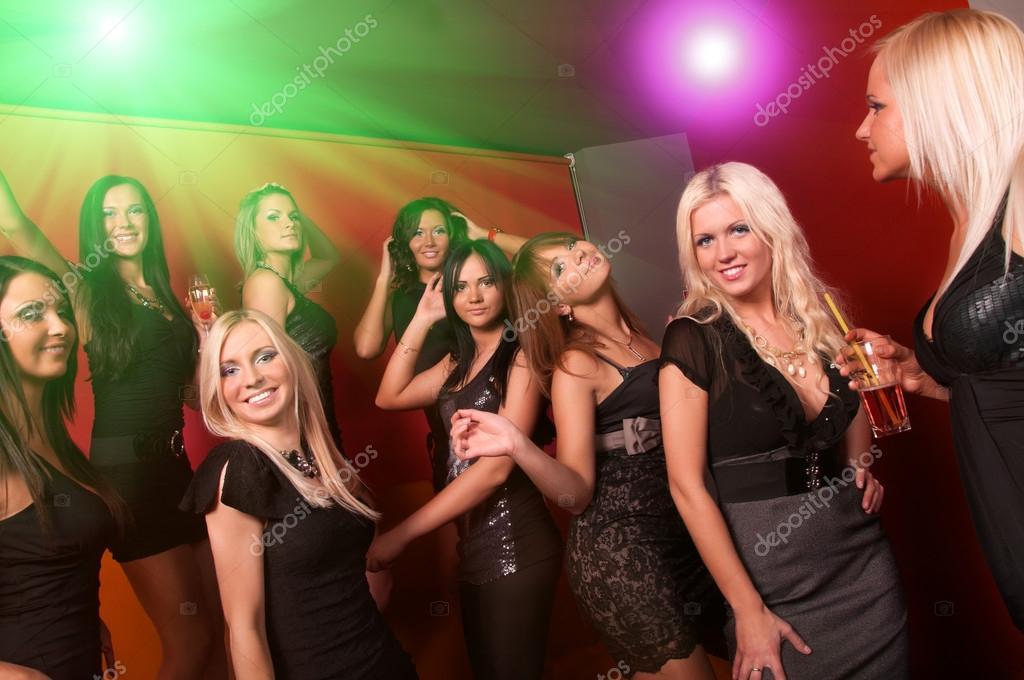 Компания девчонок в клубах фото 510-271