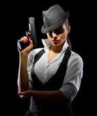 gefährliche und schöne kriminelle Mädchen mit Waffe