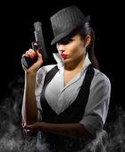 junges Mädchen mit Waffe