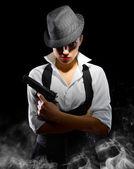 Mädchen mit Waffe und Hut