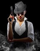 Frau mit Waffe auf schwarz