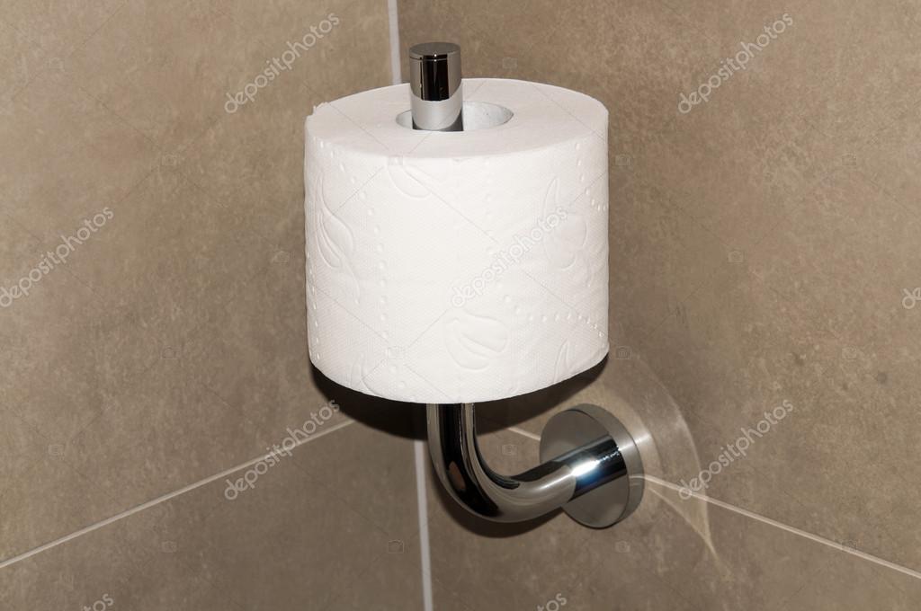 Rotolo di carta igienica nel wc beige parete bagno completo