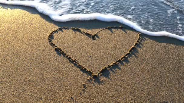 srdce na pláži písek s mořské pěny a vlnu