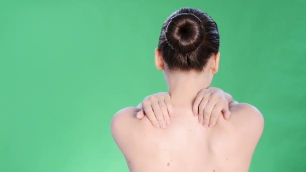 mladá žena s bolestí v zádech