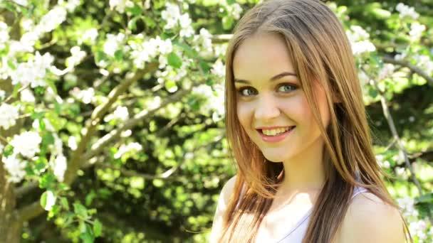 krásná mladá žena v rozkvetlé zahradě