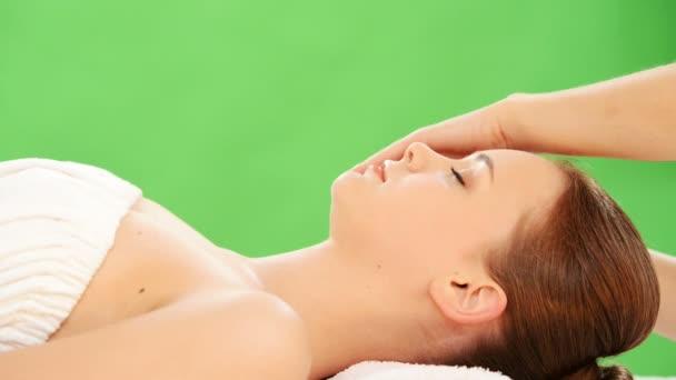 krásná žena uvolněná vychutnat přijímání masáž obličeje