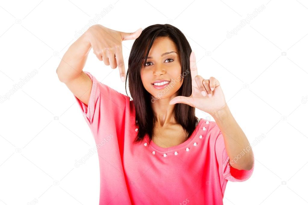 chica feliz con la cara en el marco de las palmas — Fotos de Stock ...