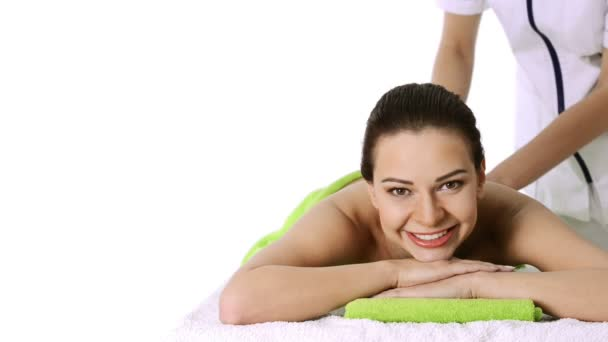 gyönyörű nő feküdt a spa szalon, miután a lávaköves masszázs