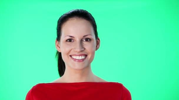 gyönyörű fiatal nő mosolyogva a kamera