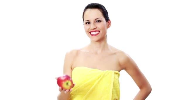 krásná mladá žena s ručníkem a jablko, pojem lázně