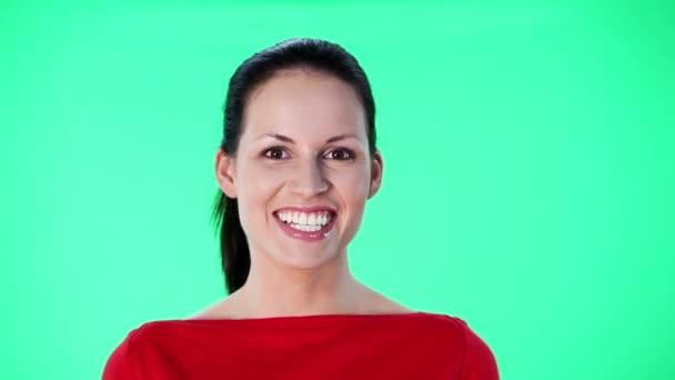 gyönyörű fiatal nő, mosolygós, és beszélt valamit